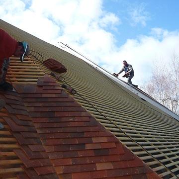 Installation des tuiles sur le toit d'une maison à Poitiers